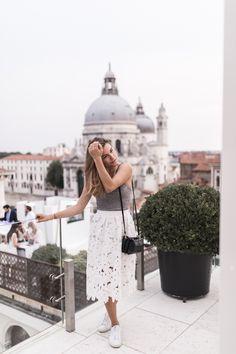 White midi skirt with cut outs, white sneakers and vegan matt & nat bag in venice, italy - blogger annalaurakummer