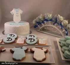 Cakepops, galletas, macarrons y tarta en tonos azules y blancos para una mesa dulce de babyshower elaborados por TheCakeProject en Madrid