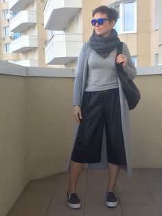 Danger Zone 40 -  street style moscow fashion blogger mode outfit look ootd cardigan leather culotte backpack slipons scarf grey