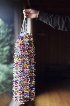 千羽鶴 (senbazuru), a string of 折り紙 (origami) paper cranes, each folded with a sincere prayer for the recovery of someone ill or the likes, and sent to them. 鶴 (tsuru), the crane is a symbol of long life in Japan. 1000 Paper Cranes, 1000 Cranes, Origami And Kirigami, Oragami, Origami Cranes, Paper Art, Paper Crafts, Diy Crafts, Japanese Culture