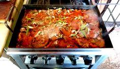 Medallones de lomo con verduras en plancheta de hierro Lasagna, Ethnic Recipes, Food, Puff Pastry Recipes, Vegetables, Lockets, Iron, Cook, Lasagne