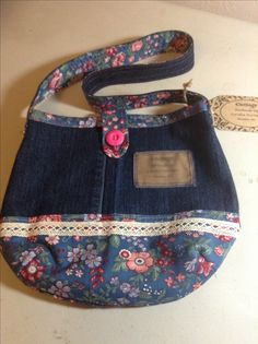 Little girl's bag made from jeans. Jean Purses, Diy Bags Purses, Denim Purse, Denim And Lace, Recycled Denim, Quilted Bag, Girls Bags, Jacket Pattern, Baby Accessories