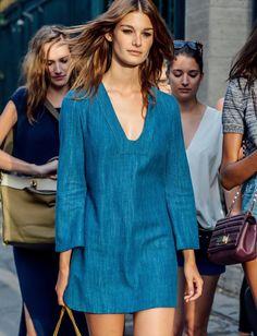 Wanted : une robe courte manches longues en jean à porter à même la peau (photo Style.com)