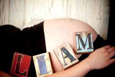 shooting grossesse séance photo femme enceinte allongée ventre rond idée faire part