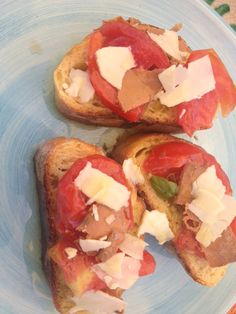Bruschette con bottarga di tonno, pomodori e primosale siciliano