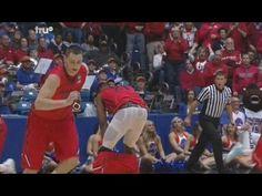 Basketball - Il perd son short en prenant un rebond | Dayton's Dyshawn Pierre Got Pantsed by His Teammate on a Rebound