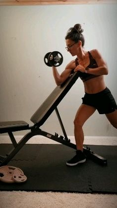 Beginner home workout routine for tight toned arms - The best arm workout for women to tone flabby arms and build muscle. This beginner bicep workout routine requires a pair of dumbells and weight bench, a great workout for the gym or at home. Pilates Workout, Bicep Workout Routine, Big Biceps Workout, Bicep Workout Women, Back And Bicep Workout, Home Exercise Routines, Back And Biceps, Abs Workout For Women, Shoulder Workout