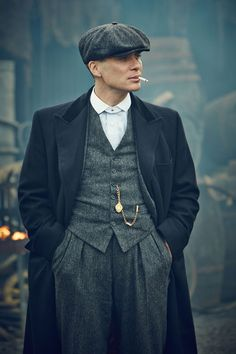 Peaky Blinders Fashion - where can I get this hat! Peaky Blinders Fashion - where can I get this hat! Style Année 20, Mode Style, 1920s Style, Traje Peaky Blinders, Peaky Blinders Costume, 20s Mode, Look Fashion, Fashion Models, Mens 20s Fashion