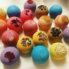 Super cute Bath Bombs made with moisturizing Organic Cocoa Butter and Avocado Oil. Fizz, color and fun Natural Bath Bombs, Lush Bath Bombs, Bath Booms, Diy Shampoo, Bath Bomb Recipes, Bath Melts, Lush Cosmetics, Bath Fizzies, Lush Products