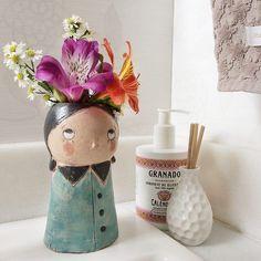 """Já pensou se todo mundo tivesse um pouco de flor na caixola?  A artista Maíra Amaral (@ateliermairaamaral) pensou e o resultado é esse aí na foto.  A Amelie e a Frida """"Flor na Caixola"""" já estão disponíveis em nosso site.  - Conheça todas as esculturas na lojinha da Maíra Amaral em nosso site: http://ift.tt/1dqyBxz (link na bio). -  #LojinhaMairaAmaral - #nacasadajoana #abaixoasparedesvazias #pôster #posters #quadros #enquadrados #design #decoração #decor #interiordesign #pinterest…"""