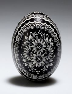When the time is coming for the Easter Egg decoration…I stop with my simple modern taste…and I go traditional ;- ) I adore the Polish tradi. Polish Easter, Cultural Crafts, Easter Egg Pattern, Polish Folk Art, Easter Egg Designs, Scratch Art, Ukrainian Easter Eggs, Easter Egg Crafts, Egg Art