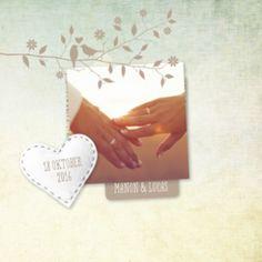 Trouwkaart met vintage achtergrond in zachte kleuren. Ruimte voor eigen foto en daaroverheen een tak met verliefde vogeltjes. Wit vilten hartje met de trouwdatum.