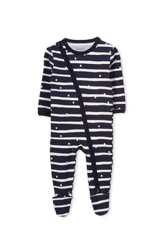 The diagonal two way zip of this mini zip through romper allows for quick changing with an inner zip backing to protect baby's skin from any catches. Available in many different colours and prints! Made from a soft stretch cotton. 95% COTTON 5% ELASTANE 6-12 MONTHS