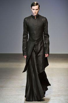 samuris:  rafcrymons:  Gareth Pugh A/W10  Dadme sotanas y repeinados!!! oh sí!!  Sotanas modernas.