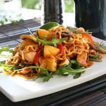pp) Kycklingwok med smak av ananas och lime Thai Recipes, Wok, Japchae, Lime, Food And Drink, Wellness, Lunch, Snacks, Meat