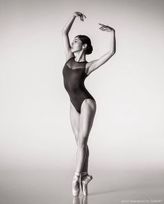 Photo jason lavengood- de ballet:the best photographs ballerina poses, ball Dance Photography Poses, Dance Poses, Art Poses, Ballerina Photography, Girl Photography, Figure Photography, Female Pose Reference, Pose Reference Photo, Figure Drawing Reference
