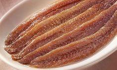 Como hacer anchoas caseras en salazón. Receta para hacer en casa unas ricas anchoas con la garantía de saber que la anchoa que vais a comer es fresca. Spanish Dishes, Spanish Tapas, Spanish Kitchen, Fish Recipes, Seafood Recipes, Pescado Recipe, Kitchen Recipes, Cooking Recipes, Tapas Bar