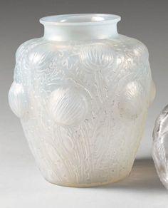 """René LALIQUE (1860-1945) Vase """"Domrémy"""", dit aussi """"Chardons"""". Epreuve en verre blanc soufflé-moulé opalescent. Signature moulée """"R. LALIQUE"""". Modèle créé en 1926. H. : 21,2 cm. Col meulé. Bibliographie… - Drouot Estimations - 13/12/2013"""