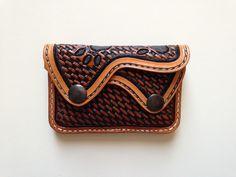 Porte monnaie en cuir repoussé, double poches, motif:loup et empreintes : Porte-monnaie, portefeuilles par lakota-cuir
