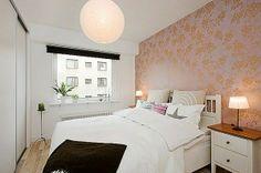 Schlafzimmer-gestalten-im-skandinavischen-Stil-interessante-Tapetten-mit-floralen-Motiven-papier-Kronleuchter - Schlafzimmer gestalten – 30 moderne Ideen im skandinavischen Stil