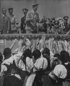 """Auf dem deutschen  Turn- und Sportfest im Juli 1938 jubeln Tausende sudeten-deutscher Turner und Turnerinnen dem Führer zu und erbitten die Befreiung ihrer Heimat. """"Wir wollen heim ins Reich"""" ist ihr Ruf und ihr Bekenntnis."""