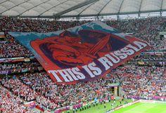 Les supporters russes déploient un immense drapeau lors du match de l'Euro opposant leur équipe à la Pologne, à Varsovie (Pologne), le 12 juin 2012. DIMITAR DILKOFF