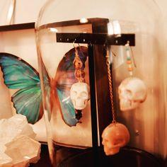 Boucles d'oreille Frida - tête de mort- pièces uniques - os sculpté à main  Follow Instagram: paulablachebijoux