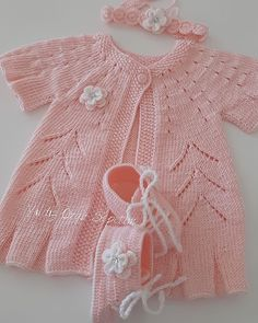 Chain stitch for a nice finished weave top. – Knitting world Baby Hats Knitting, Baby Knitting Patterns, Knitted Hats, Häkelanleitung Baby, Baby Overall, Artisan & Artist, Knit Baby Dress, Baby Pullover, How To Make Shorts