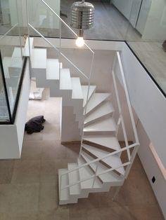 Trap in wit gelakt staal, halve draai, stalen trapleuning, gepoederlakt, strak, wit, hout, glas staal