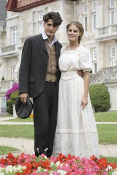 julio y alicia Grand Hotel Cast, Gran Hotel, This Is Love, I Fall In Love, Movie Couples, Movie Costumes, Bridesmaid Dresses, Wedding Dresses, Film Stills