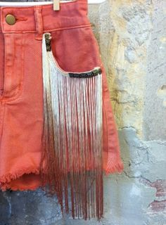 colored fringes and studs. Just might have to do this to a pair of shorts or jeans Diy Shorts, Diy Jeans, Diy Fashion, Ideias Fashion, Mode Disco, Summer Outfits, Cute Outfits, Do It Yourself Fashion, Short Fringe