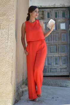 1000 MANERAS DE VESTIR: Red jumpsuit+platinum heeled sandals and clutch+floral…
