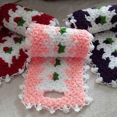 Uzun Lif Modelleri – Yeni uzun lif örnekleri Çeşitli lif modelleri arasından en beğenilenlerden bir tanesi de uzun llif modelidir. Uzun lif modeli banyoda muhteşem bir yardımcı olarak bilinir. Crochet Vest Pattern, Easy Crochet Patterns, Teapot Cover, Yarn Shop, Weaving Patterns, Chain Stitch, Crochet Clothes, Vintage Patterns, Throw Pillows