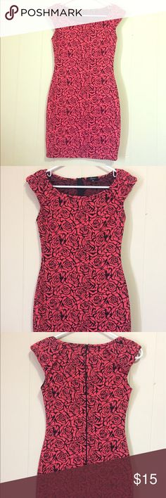 Soprano bodycon dress XS EUC Beautiful Soprano rose bodycon dress purchased from Nordstrom - dress is in EUC - only worn once for an event. Very comfortable! Soprano Dresses Mini