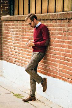 Acheter la tenue sur Lookastic:  https://lookastic.fr/mode-homme/tenues/pull-a-col-rond--pantalon-de-costume-chaussures-richelieu-chaussettes/1715  — Chemise à manches longues bleu clair  — Pull à col rond bordeaux  — Pantalon de costume en laine brun  — Chaussettes á pois noir et blanc  — Chaussures richelieu en cuir brunes
