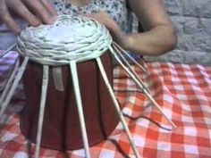 Joanne Archambault shared a video Newspaper Basket, Newspaper Crafts, Paper Weaving, Weaving Art, Paper Vase, Diy Paper, Papercrete, Magazine Crafts, Ideias Diy