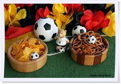 Volltreffer! Mit vielen inspirierenden Dekorations- und Rezeptideen für die nächste Fußballparty kann sich die ganze Familie auf die kommende EM freuen.