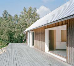 Simpele opzet, maar mooi in z'n eenvoud  Hangende dakgoot vind ik minder mooi)   Summer House by Mikael Bergquist/ Bohuslän, The West Coast, Sweden