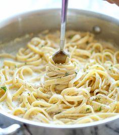 Pâtes au parmesan et à l'ail. Dans votre casserole, mélangez du bouillon de poulet, du parmesan râpé, de l'ail et des herbes, puis faites y cuire vos pâtes.