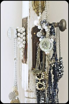 Doorknobs on a post for necklaces--love this