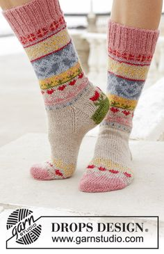 Enchanted Socks / DROPS - Free knitting patterns by DROPS Design Knitted socks with a multi-colored pattern. Sizes 35 - Worked in DROPS North. Record of Knitting String spinning, we. Crochet Socks Pattern, Knitting Patterns Free, Free Knitting, Free Pattern, Crochet Patterns, Knitting Tutorials, Drops Design, Crochet Mug Cozy, Knit Crochet