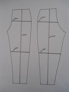 Para reduzir o molde de uma calça, trace uma linha na vertical, da cintura até a barra, uma linha horizontal na altura do quadril e outra na altura do joelho. Dobre nas linhas, diminuindo 1,5 cm na altura do quadril, 1 cm na altura do joelho e 1 cm no comprimento da cintura a barra. Para aumentar, trace uma linha na vertical, da cintura até a barra, uma linha horizontal na altura do quadril e outra na altura do joelho. Corte nas linhas e cole em outro papel aumentando 1,5 cm na altura do…