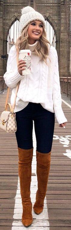 weiße Strickjacke und blaue Hose mit braunen oberschenkellangen Stiefeln white cardigan and blue trousers with brown thigh-high boots … Preppy Winter Outfits, Winter Dress Outfits, Outfits With Hats, Winter Fashion Outfits, Casual Outfits, Outfit Winter, Women's Casual, Dress Winter, Fashion Ideas