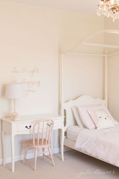 Learn how to select furniture paint that won't chip and offers a flawless finish. This is the best paint for furniture whether you're painting wood or veneer! A beginner's guide to paint furniture without effort for a professional finish. Ivory Paint Color, Off White Paint Colors, Paint Colors For Home, Neutral Paint, Paint Colours, Best Paint For Trim, Best White Paint, White Paints, Sherwin Williams Creamy