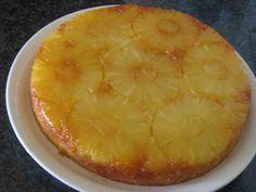 In dispensa avevo una scatola di ananas sciroppato che mi faceva l'occhiolino e così ho deciso di preparare questa torta all'ananas.