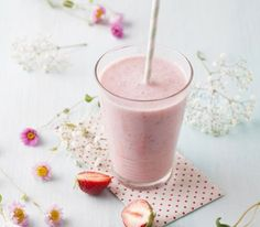 Smoothies are a good addition to anyone's diet, and many people have fallen in love with their delicious taste and added health benefits. From sweet treats to green smoothies, there are a variety o… Fitness Smoothies, Smoothie Drinks, Fruit Smoothies, Healthy Smoothies, Healthy Drinks, Healthy Recipes, Workout Smoothie, Strawberry Smoothie, Energie Smoothies