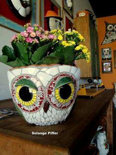 Love this owl mosaic pot Mosaic Planters, Mosaic Vase, Mosaic Flower Pots, Owl Mosaic, Mosaic Birds, Pebble Mosaic, Mosaic Crafts, Mosaic Projects, Mosaic Madness