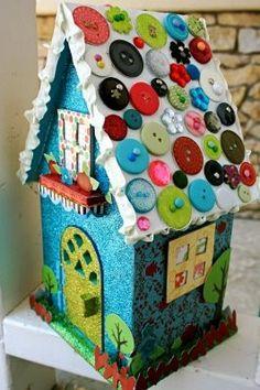 Kartondan ,renkli ,dekoratif bir ev maketi,çatısı da düğmelerden :)BURADA