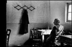 Σε ένα καφενείο του Πειραιά το 1966 - Elliott Erwitt