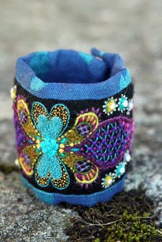 Ä I A Gart.: Armsmycke åt turkos. Wool Embroidery, Silk Ribbon Embroidery, Embroidery Stitches, Gypsy Jewelry, Heart Jewelry, Jewelry Art, Textile Jewelry, Fabric Jewelry, Scandinavian Embroidery